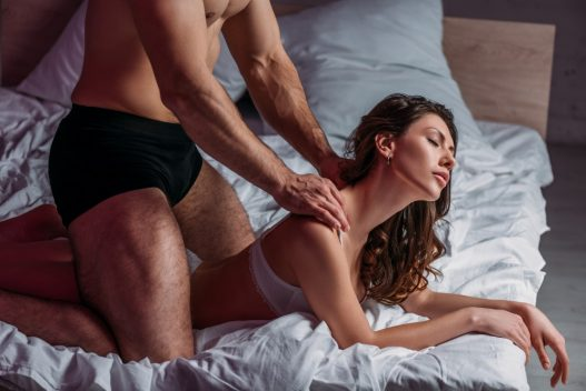 Kvinde der får erotisk massage